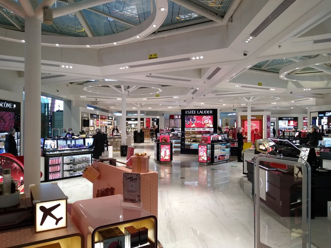 2020.03.25 Nearly_empty_duty-free_shop_at_PEK_amid_the_COVID-19_pandemic
