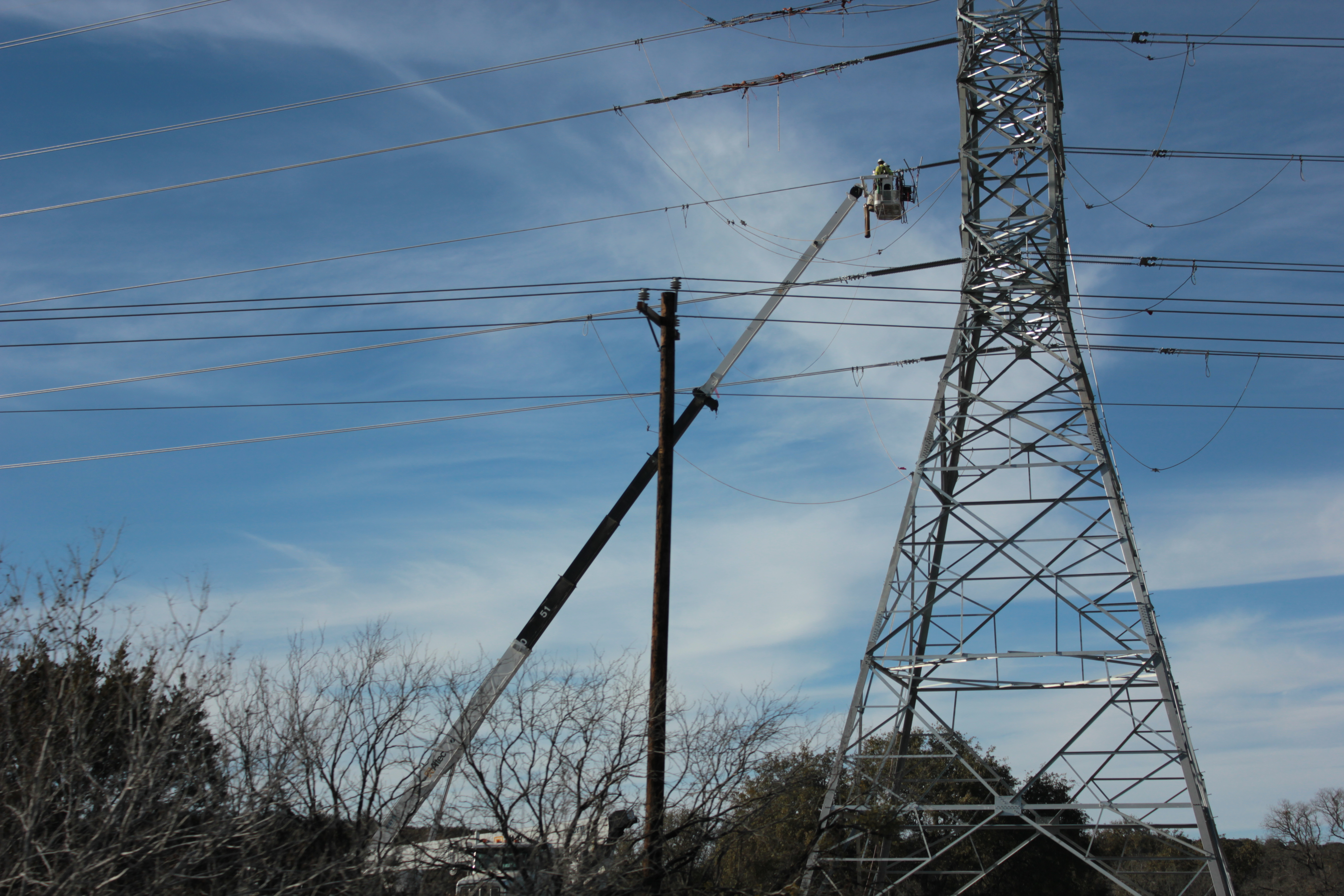 Electricity_transmission_tower_erection_on_the_U.S._Route_90_in_Texas_02